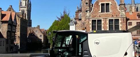 Momenteel krijgen de voetpaden van de winkelstraten in de Brugse binnenstad een deftige schrobbeurt.