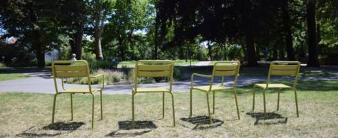 Tegelijk kan je vanaf nu met je geliefde zalig vertoeven in 20 lounge 2-zits zetels in het liefdespark bij uitstek te Brugge, met name het Minnewaterpark.